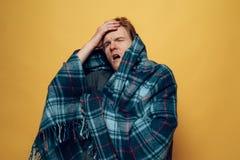 Молодое больное Гай обернутое в Checkered кашлять шотландки стоковые изображения rf