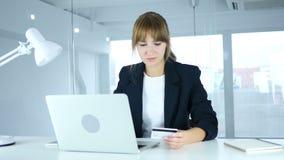 Молодое женское занятое в онлайн покупках, оплате кредитной карточкой акции видеоматериалы