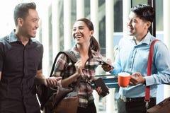 3 молодое и жизнерадостные работники говоря в утре Стоковая Фотография