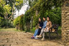 3 молодое и привлекательные женщины сидя на стенде Стоковые Фото