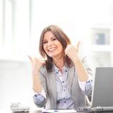 Молодое и счастливое удерживание женщины брюнет thumbs вверх Стоковое фото RF