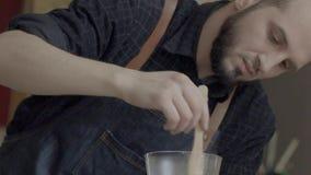 Молодое кавказское barista подготавливает кофе переливать stir видеоматериал