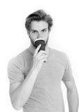 Молодое красивое питье человека от на вынос чашки кофе или чая Стоковое Изображение RF