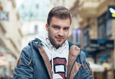 Молодое красивое lookig человека Шикарный парень смотря камеру, Стоковые Фото