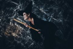 Молодое летание ведьмы на broomstick Стоковое Изображение