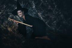 Молодое летание ведьмы на broomstick Стоковые Фото