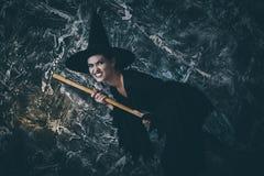 Молодое летание ведьмы на broomstick Стоковые Изображения RF