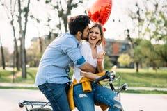 Молодое любящее датировка пар пока ехать bicycles в городе стоковые фотографии rf