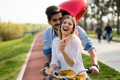 Молодое любящее датировка пар пока ехать bicycles в городе стоковые изображения rf