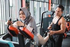 Молодое мусульманское hijab женщины делая заднюю ногу отжимает Стоковые Фото