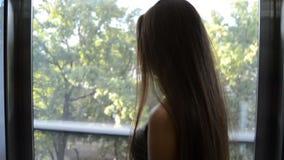 Молодое очаровательное брюнет взбирается в лифте с прозрачными стенами видеоматериал