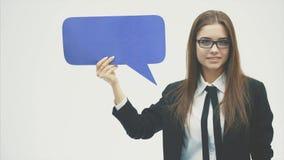 Молодое положение девушки бизнес-леди на белой предпосылке и одетое в черной куртке видеоматериал
