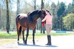 Молодое предприниматель девочка-подростка обнимая ее любимую лошадь стоковая фотография