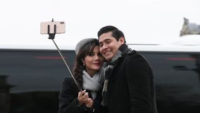 Молодое представление пар для selfie праздника в Париже акции видеоматериалы