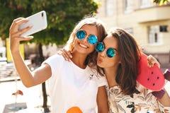 Молодое стильное брюнет hippie 2 и белокурые модели женщин стоковые изображения rf