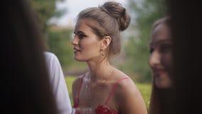 Молодое шампанское отверстия человека имбиря, женский смеяться над друзей акции видеоматериалы