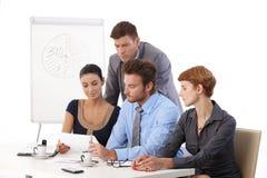 Молодое businessteam работая на проекте Стоковая Фотография