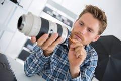 Молодое lense камеры чистки техника стоковое фото rf