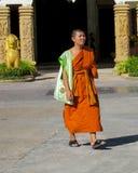 Молодое samanera буддийского монаха в wat виска Таиланда идя на улицу Стоковое Фото