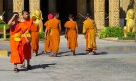 Молодое samanera буддийского монаха в wat виска Таиланда идя на улицу Стоковая Фотография RF