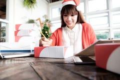 Молодое startup предприниматель мелкого бизнеса предпринимателя работая дома, стоковая фотография rf