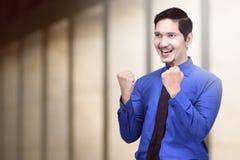Молодой азиатский бизнесмен празднуя его успешно стоковые фотографии rf