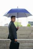 Молодой азиатский бизнесмен с зонтиком Outdoors Стоковое Изображение RF