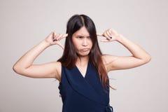 Молодой азиатский блок женщины оба уш с пальцами Стоковые Фотографии RF