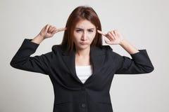 Молодой азиатский блок женщины оба уш с пальцами Стоковые Изображения