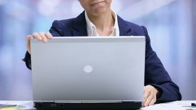 Молодой азиатский женский ноутбук отверстия менеджера, начинать рабочего дня, жизнь офиса видеоматериал