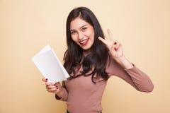 Молодой азиатский знак Виктора выставки женщины с книгой Стоковые Изображения RF