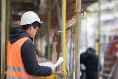 Молодой азиатский инженер работая на строительной площадке Стоковая Фотография RF