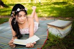 Молодой азиатский пикник женщины на луге Стоковое Изображение RF