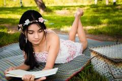 Молодой азиатский пикник женщины на луге Стоковое Изображение