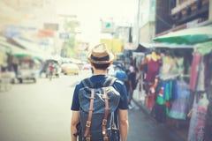 Молодой азиатский путешествуя backpacker в рынке дороги Khaosan внешнем Стоковая Фотография RF