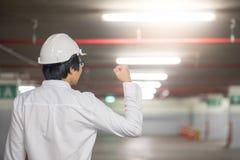Молодой азиатский человек инженера задерживает кулак на строительной площадке Стоковое фото RF