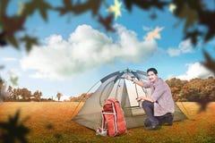 Молодой азиатский человек настроил шатер outdoors Стоковая Фотография RF