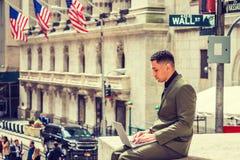 Молодой американский путешествовать бизнесмена, работая в Нью-Йорке Стоковая Фотография RF