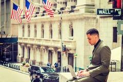 Молодой американский путешествовать бизнесмена, работая в Нью-Йорке Стоковое Фото