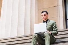 Молодой американский путешествовать бизнесмена, работая в Нью-Йорке Стоковое Изображение RF