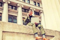 Молодой американский путешествовать бизнесмена, работая в Нью-Йорке Стоковые Фото