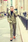 Молодой американский путешествовать бизнесмена, работая в Нью-Йорке Стоковое Изображение