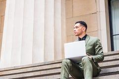 Молодой американский путешествовать бизнесмена, работая в Нью-Йорке Стоковые Изображения