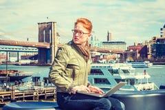 Молодой американский путешествовать коммерсантки, работая в Нью-Йорке Стоковые Изображения