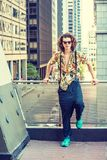 Молодой американский художник думая снаружи в Нью-Йорке стоковая фотография