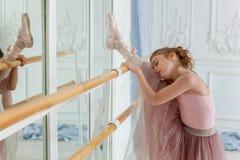 Молодой артист балета в танц-классе Стоковая Фотография RF
