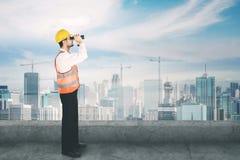 Молодой архитектор используя бинокулярное на крыше Стоковое Изображение