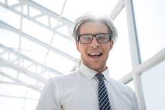 Молодой архитектор на предпосылке яркого офиса стоковые фотографии rf