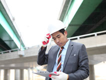 Молодой архитектор работая на запланировании Стоковое фото RF