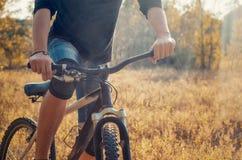 Молодой атлетический человек в черной футболке и голубых джинсах замыкает накоротко дальше Стоковое Изображение